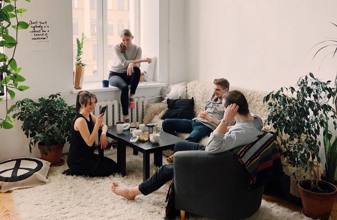 colive-coliving-collocation-maison-partagée-collocataires-Bruxelles-Lille-Lisbonne-Reunion-ambiance-communauté-grand-commun-salon-moderne-propre-raffraichi-meublé-mobilier-neuf-ambiance