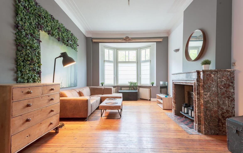 logo-colive-coliving-collocation-maison-partagée-collocataires-Bruxelles-Reyers-salon-moderne-et-équipé-meublé