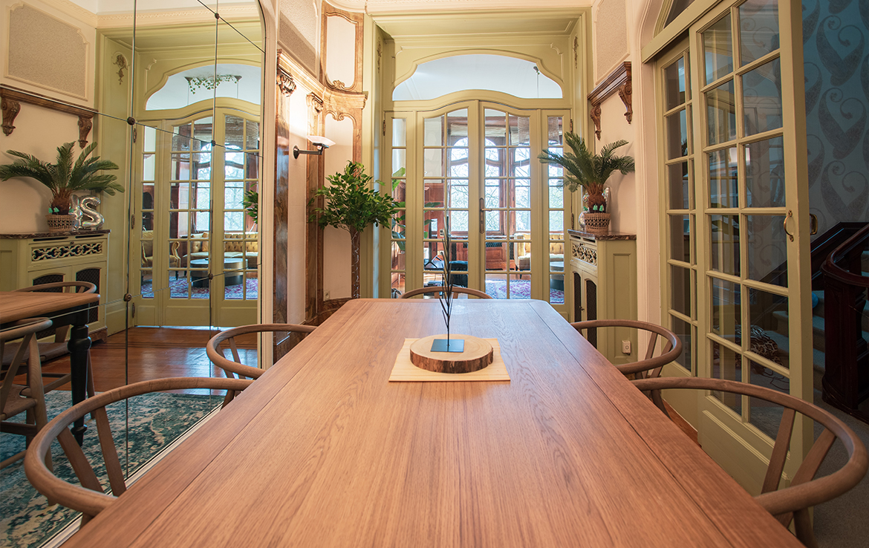 colive-coliving-collocation-maison-partagée-collocataires-Vergote-salle-à-manger-moderne-avec-mobilier
