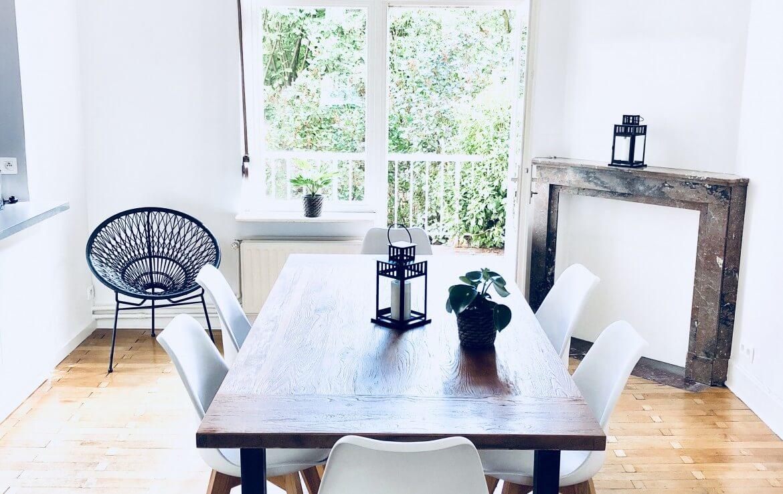 colive-coliving-collocation-maison-partagée-collocataires-Bruxelles-Ramée-Uccle-villa-salle-à-manger-avec-mobilier