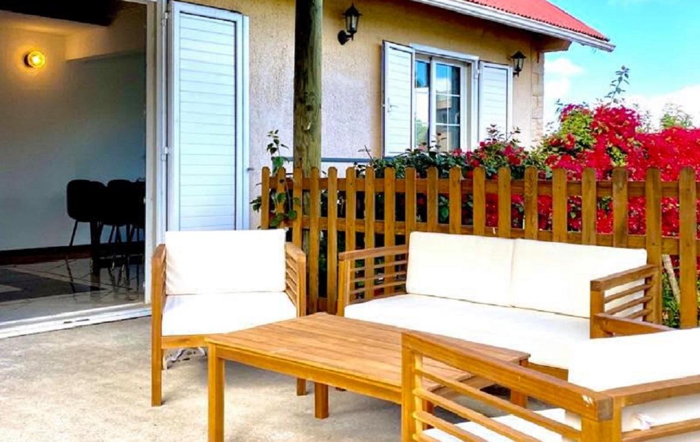colive-coliving-collocation-maison-partagée-collocataires-La-Reunion-Trois-Mares-terrasse-exterieur-avec-mobilier-de-jardin